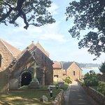 Церковь и очень ухоженное кладбище, открывается прекрасный вид