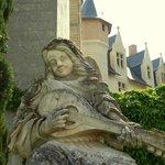 Statue de pierre dans la cour du Château de Montreuil-Bellay