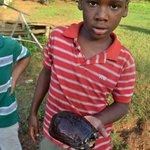 Niño nativo con tortuga