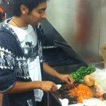Haciendo pebre chileno en la cocina