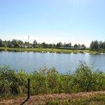 Uitzicht op de camping aan de overkant van het meer