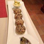 Croquettes de fèves et courgettes au sésame, sauce yaourt curry avocat