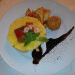 Millefoglie di ananas e pesce spada con caponata di pesce