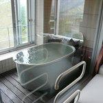 窓辺の陶器製風呂