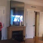 La télé est dans le miroir!