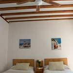 Habitación doble, techos con vigas de madera y ventiladores