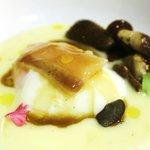 Huevo a 65º con parmentier de patata trufado, hongos, tocino iberico y jugo de ternera