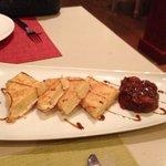 Saganaki de fromage (fromage enrobé de pâte feuilletée), chutney de fruits aux épices