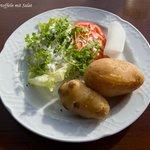 Pellkartoffeln mit Salat