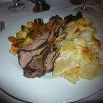 Borrego mit Kartoffelgratin und Gemüse der Saison