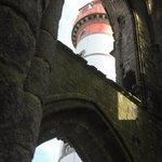 le phare vu à travers une ouverture de l'abbaye