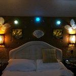 Mysbelysning över sängarna.