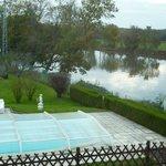 Vue de la terrasse sur la piscine et la Saône