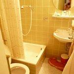 Das Badezimmer aus den 80igern, allerdings sauber!