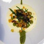 Mousse d'amandine et merlu poché, pistou de salicorne, salicorne fraiche, citron vert et Agastac