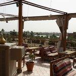 la terraza con vista al templo de luxor y al valle de los reyes