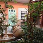 中庭と部屋のドア