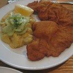 Schnitzel vienés con ensalada de patata y pepino