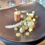 Gemarineerde ananas / limoen en agastachekruid tonnetje van gekarameliseerde noga en witte choco