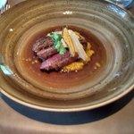 Wilde eend : de eendenborst geserveerd in heldere bouillon met herfstgroentjes kroketje van het
