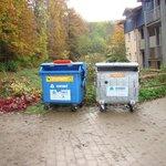Mülltonnen am Eingang
