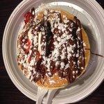 "pancake ""grande"" con Nutella mascarpone fragole e zucchero a velo"
