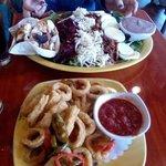 Ensalada competa, no se aprecia lo graaaande que es, también pedimos calamares, muy buenos