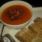 Sopa de tomate con cebolla crujiente y ajetes