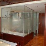 Glas-Trennwand (Teilbereiche satiniert)