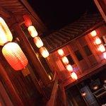 很喜欢客栈的红灯笼~古色古香~~特别是晚上出去逛完古城回来的时候,看到这一串串红灯笼,就像家人为晚归的你留了盏回家的灯,暖暖的,很温馨~能在丽江古城里指引我们回家的路哦~