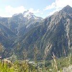 Die Bergwelt ist nur durch wenige Baulücken zu sehen