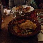Couscous poulet/merguez et assortiment de brochettes légumes semoule.