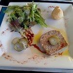 Terrine de lapin avec une petite salade au vinaigre balsamique