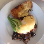 Bacon & poached egg hollandaise. Yum!��
