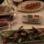 entradas : salada com amendoas e camarão
