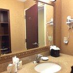 Gran espejo en el baño