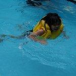 Berenang....