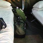 As camas, espaço pequeno para malas e para a movimentação de duas pessoas