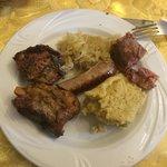 Salsicce, coniglio, luganega, puntine di maiale, polenta di storo e crauti