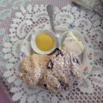 Scones with lemon curd & clotted cream