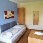 Bett mit Blick auf Kleiderschrank und Zimmertüre