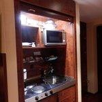 キッチンは木製の扉(シャッター)を上げきると主電源が入る。