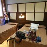 Tres camas. Ventana y balcón hacia un tragaluz