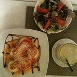Hausgemachte Ravioli mit Salat