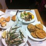Sardines grillées, aubergines fries, calamar et pain con tomate