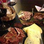 Assiette de cochonailles et fromages ...