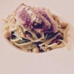 spaghetti integrali al kamut con ceci cotti nel fumetto di pesce e tonno crudo