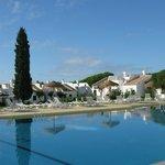 Vue depuis la terrasse du bar sur la piscine et quelques maisons du complexe Pedras da Rainha