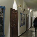 il corridoio delle camere (decorazioni in metallo di una cooperativa di giovani del quartiere)
