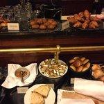 Trevlig liten frukostbuffe med köttiga korvar, sju sorters bröd och sex sorters fruktjuicer.
